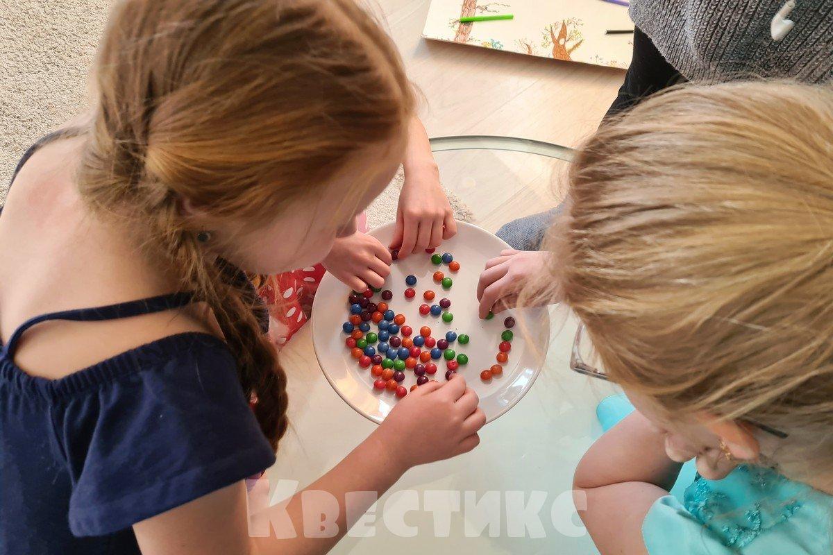 радужный опыт с конфетами