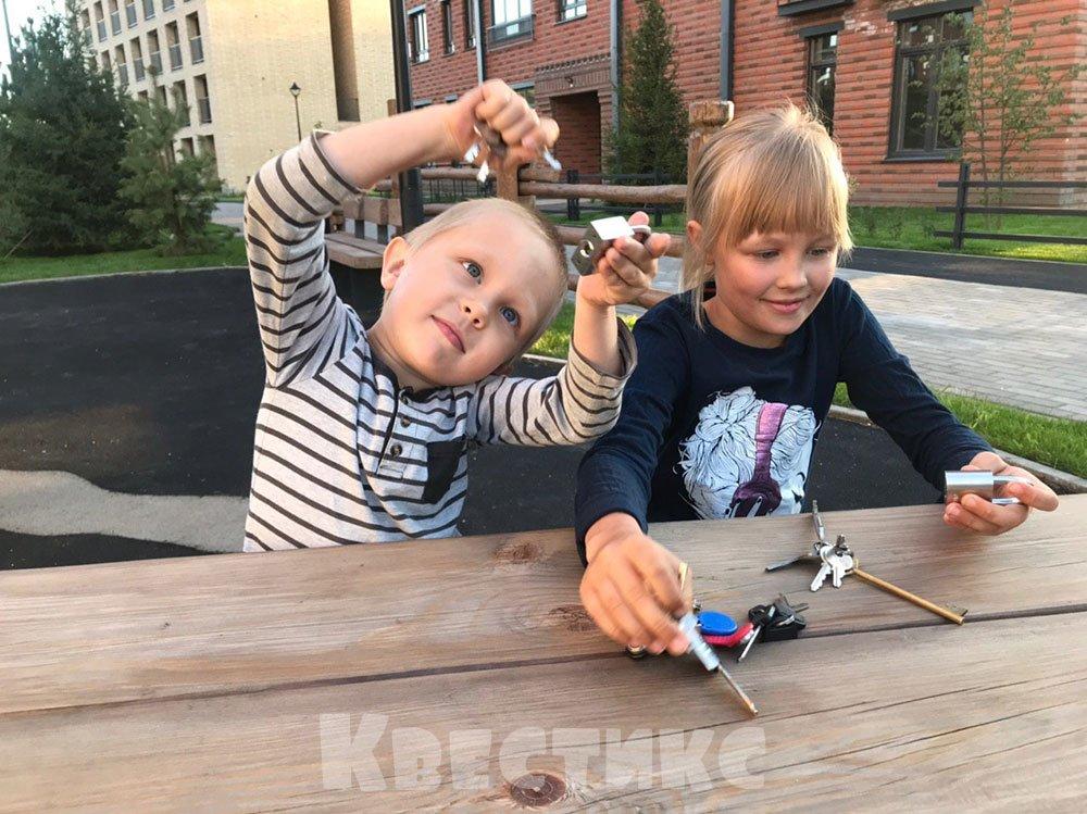 Дети играют замками и ключами