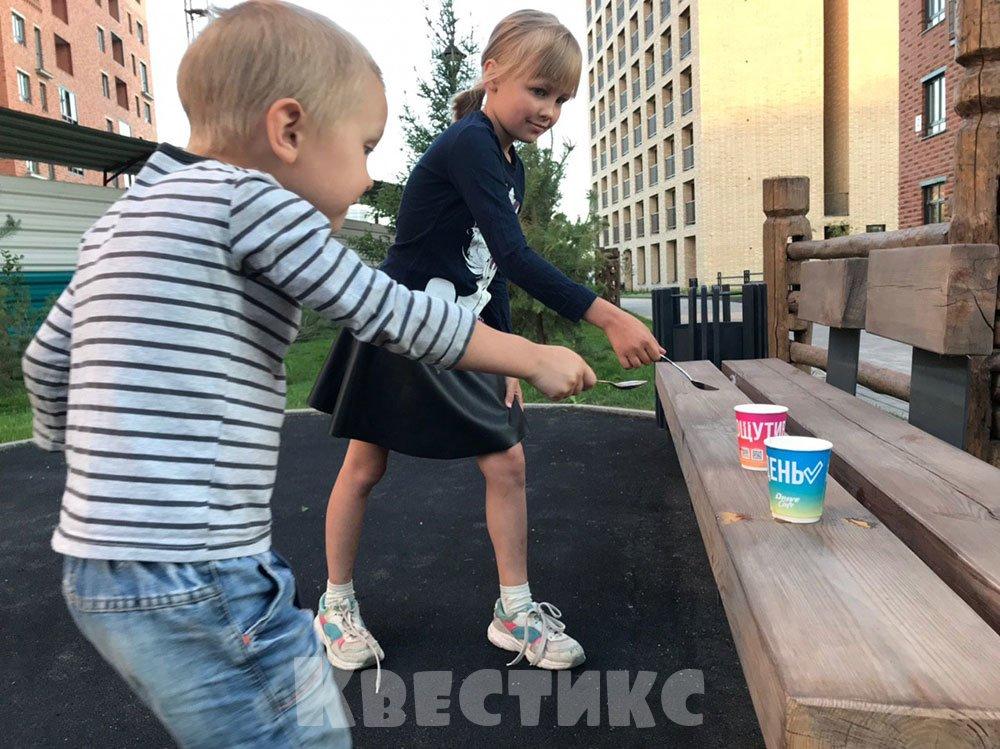 Дети ложками переносят воду