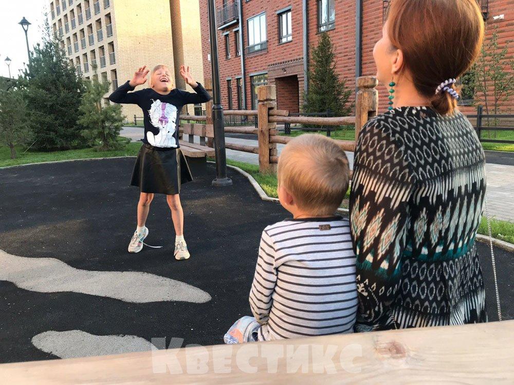 Девочка танцует на детской площадке